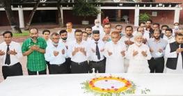 টুঙ্গিপাড়ায় বঙ্গবন্ধু'র সমাধিতে আইনজীবী সমিতির শ্রদ্ধা